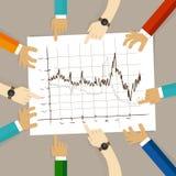 La linea lavoro di gruppo del grafico su carta che guarda per rappresentare graficamente il concetto di affari di pianificazione  Fotografie Stock