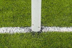 La linea marcatura bianca sul campo di calcio artificiale dell'erba verde immagine stock