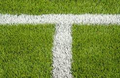La linea marcatura bianca sul campo di calcio artificiale dell'erba verde Fotografia Stock