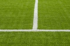 La linea marcatura bianca sul campo di calcio artificiale dell'erba verde Fotografie Stock