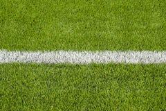 La linea marcatura bianca sul campo di calcio artificiale dell'erba verde Fotografia Stock Libera da Diritti