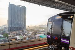 La linea porpora aggancio di Skytrain sulla stazione con il backgr della città Fotografie Stock Libere da Diritti