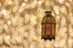 La linterna árabe tradicional se encendió para arriba para el Ramadán, Eid, Diwali Imagen de archivo libre de regalías