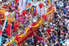 La linterna china del festival con las banderas del coche, muchachas en el coche donó el dinero, fortuna para los visitantes Fotos de archivo