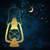 La linterna del aceite o la lámpara de keroseno mágica de oro sobre fondo azul del cielo nocturno con la luna y las estrellas del Fotografía de archivo