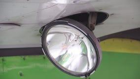 La linterna en el ala enciende para arriba el aeroplano almacen de metraje de vídeo