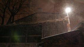 La linterna encendida en la noche y la nieve cae en invierno 4k UHD almacen de video