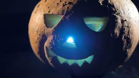 La linterna está dando la luz desde adentro de una calabaza de Halloween almacen de metraje de vídeo