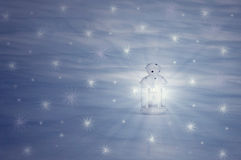 La linterna se coloca en la nieve Imágenes de archivo libres de regalías