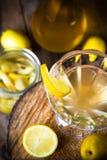 La liqueur de coing d'alcool a découpé les tasses en tranches en bois de pot de fruit Image libre de droits