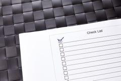 La lista de control con la marca de verificación hizo tictac Fotografía de archivo libre de regalías
