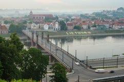 La Lithuanie. Vieille ville de Kaunas dans le brouillard Image stock