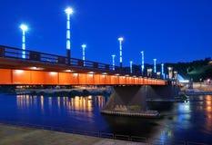 La Lituania. Città di Kaunas. Ponticello illuminato Fotografia Stock
