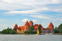 La Lituania. Vista sul castello di Trakai attraverso il lago Fotografie Stock