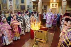 La liturgia para el banquete de Ramos Domingo en la iglesia de la ciudad de Gomel (Bielorrusia) Fotografía de archivo libre de regalías