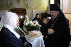 La liturgia para el banquete de Ramos Domingo en la iglesia de la ciudad de Gomel (Bielorrusia) Imagenes de archivo