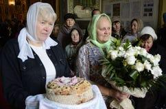 La liturgia para el banquete de Ramos Domingo en la iglesia de la ciudad de Gomel (Bielorrusia) Imagen de archivo