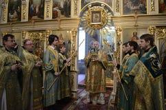 La liturgia para el banquete de Ramos Domingo en la iglesia de la ciudad de Gomel (Bielorrusia) Fotos de archivo