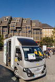 La livraison électrique de Colibus van parcel dans les Frances par La Poste Image stock