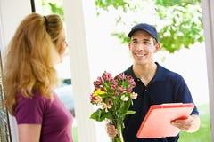 La livraison : Chute outre de l'arrangement floral Photographie stock libre de droits