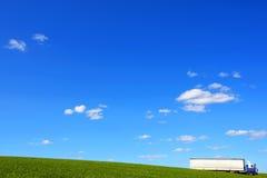 Camion, champ et ciel bleu Photo stock