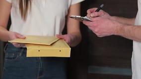 La livraison, courrier, les gens et concept d'expédition - femme heureuse livrant des boîtes de colis à la maison de client Donne banque de vidéos