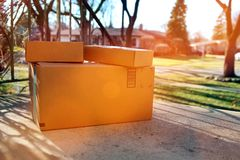 La livraison de boîtes de colis en dehors de la porte images stock