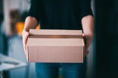 La livraison de colis photo stock