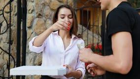 La livraison de nourriture Messager Giving Woman Box avec l'extérieur de pizza banque de vidéos