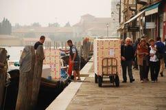 La livraison de paquet dans Murano Image libre de droits