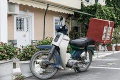 La livraison de pizza sur un vélomoteur photo libre de droits
