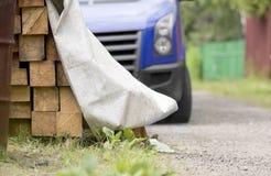 La livraison des poutrelles en bois photos stock