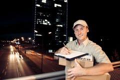 La livraison durant la nuit de colis photos libres de droits