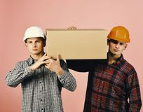 La livraison et concept mobile Support d'hommes sur le fond rose Image libre de droits