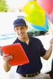 La livraison : Examiner l'adresse pour assurer la livraison de ballon Images libres de droits