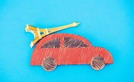La livraison faite main rouge de voiture avec le souvenir de Tour Eiffel image stock