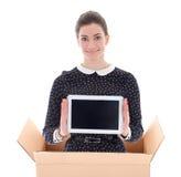 La livraison - femme dans la boîte en carton jugeant le PC de comprimé d'isolement dessus Images stock