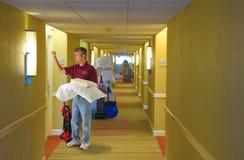 La livraison fonctionnante de personnel d'hôtel d'équipage de nettoyage Photos stock