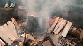 La llama de madera del pote del fuego almacen de video