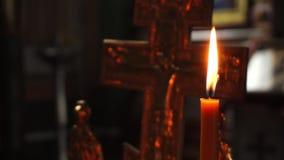 La llama de una vela en el fondo de la crucifixión del primer de Jesus Christ Video almacen de metraje de vídeo