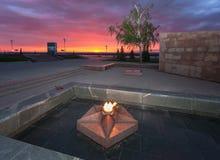 La llama eterna en el complejo conmemorativo en la puesta del sol Foto de archivo