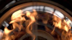 La llama quema muy expresivo, usted siente una conexión emocional con el fuego almacen de video