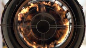 La llama se rompe brillantemente con la rejilla La cámara lenta hace el fuego más animado almacen de metraje de vídeo