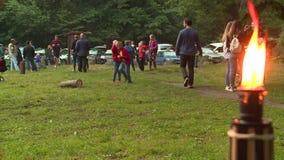 La llama y la gente de la antorcha recolectan juntas para celebrar día de pleno verano anual metrajes