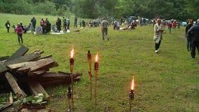 La llama y la gente de la antorcha se preparan para la celebración anual del día de pleno verano almacen de metraje de vídeo