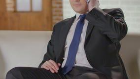 La llamada acertada del acabamiento del hombre de negocios sobre el teléfono celular, haciendo planea para el fin de semana almacen de video