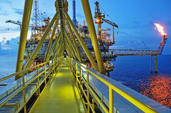 La llamarada del gas está en la plataforma de la plataforma petrolera Imagen de archivo libre de regalías