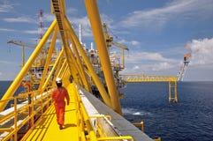 La llamarada del gas está en la plataforma de la plataforma petrolera Fotografía de archivo