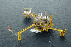 La llamarada del gas está en la plataforma de la plataforma petrolera Fotos de archivo libres de regalías