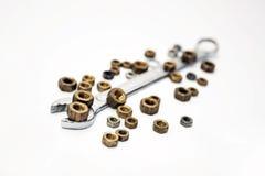 La llave de la tuerca con las tuercas Foto de archivo libre de regalías